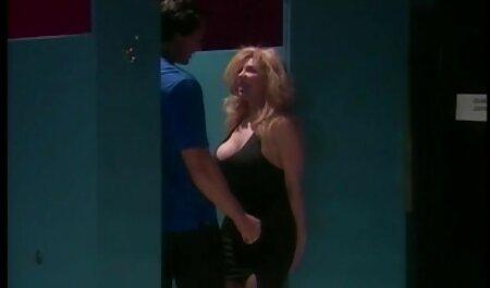 Phụ phim sex nhật bản gái xinh vú to âm đạo của người phụ nữ rơi vào một giả giường.